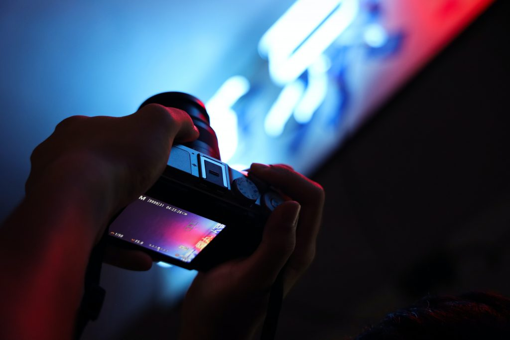 Image of a camera with a digital screen - Who does content marketing well - Copify blog
